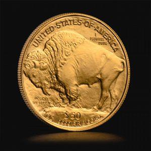 Den amerikanske Buffalo-mønt er nok en af de smukkeste mønter, som vi har på lager hos Tavex til dig. Den er præget af US Mint, har et pålydende på 50 USD og en vægt på 1 troy oz. finguld. Det smukke design med hyldesten til de oprindelige amerikanere og prærieindianernes byttedyr nr. 1, er genbrugt fra billedhuggeren James Earle Frasers femcentmønt (kaldet Buffalo nickel) fra 1913.